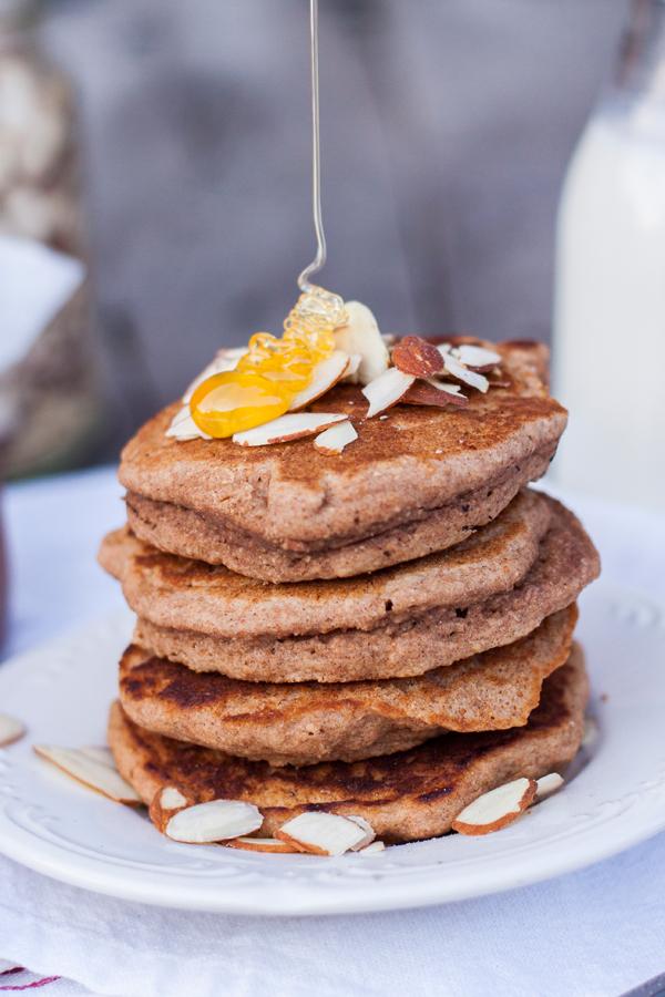 Miel cayendo sobre un altero de waffles integrales sin huevo