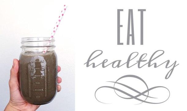 smoothie de zarzamoras y espinaca en un mason jar con popote y con leyenda que dice eat healthy a un lado