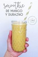 mason jar con smoothie de mango y durazno color amarillo