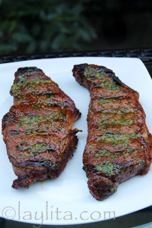 Dos filetes o bistecs asados a la parrilla en un plato blanco. Recetas para el Dia del Padre