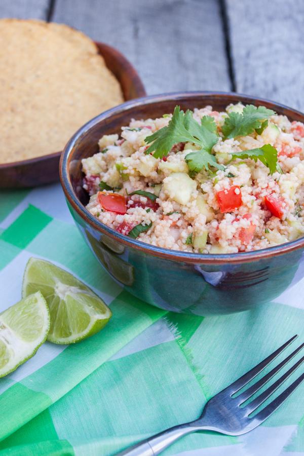 tazón con ceviche vegetariano de cuscús con ramitas de cilantro arriba