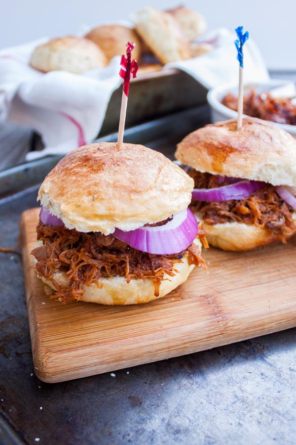 sandwiches de pulled pork en panecillos de limón (tipo brioche)