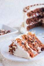 mi receta favorita de Pastel de Zanahoria con un ligero y delicioso Frosting de Queso Crema y Miel. Es súper fácil de preparar y queda tan esponjoso, húmedo y con una textura riquísima