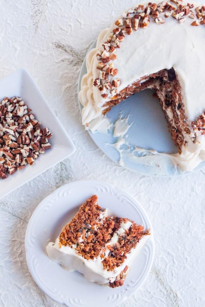 Vista de arribade un pastel de zanahoria cubierto con betún de queso crema y miel con nuez en las orillas