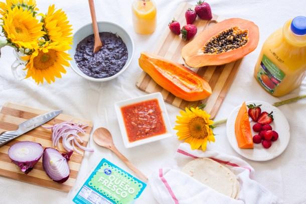 Mesa con todos los ingredientes para hacer Huevos Rancheros con Salsa Habanera