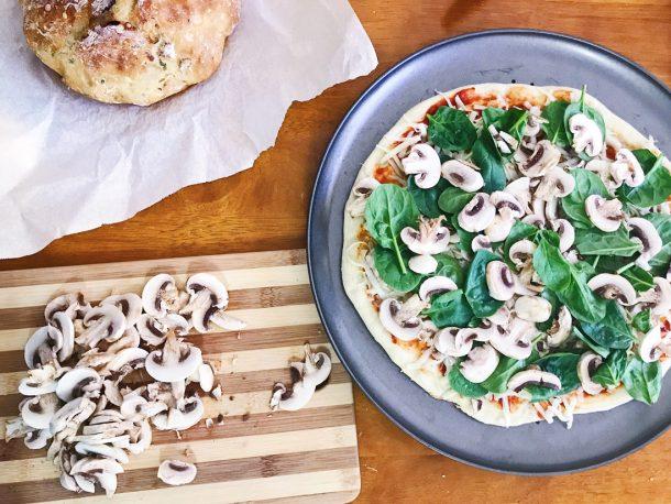 Haciendo pizza en el Manos a la Masa Workshop: Taller de Panadería Casera