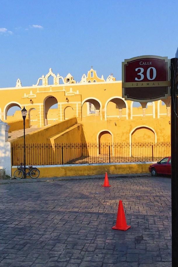 vista de la calle 30 hacia el Convento de San Antonio de Padua, Izamal, Yucatán