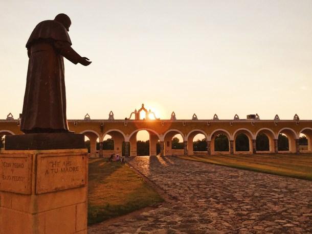 Estatua de Juan Pablo II en el Convento de San Antonio de Padua, Izamal, Yucatán