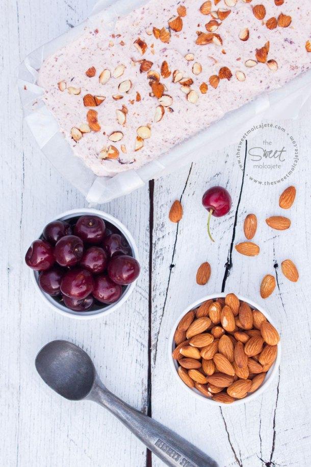 Receta fácil para hacer un delicioso y cremoso Helado de Cereza con Almendras. Es súper fácil de hacer y ¡no necesitas máquina para helados!