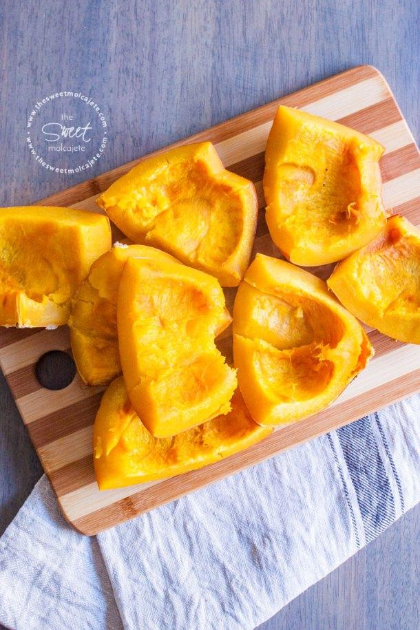 Trozos de Calabaza cocinada sobre una tabla de picar listas para hacerlas Puré de Calabaza Casero