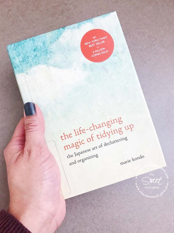 Una mano sosteniendo el libro: La magia del orden, de Marie Kondo