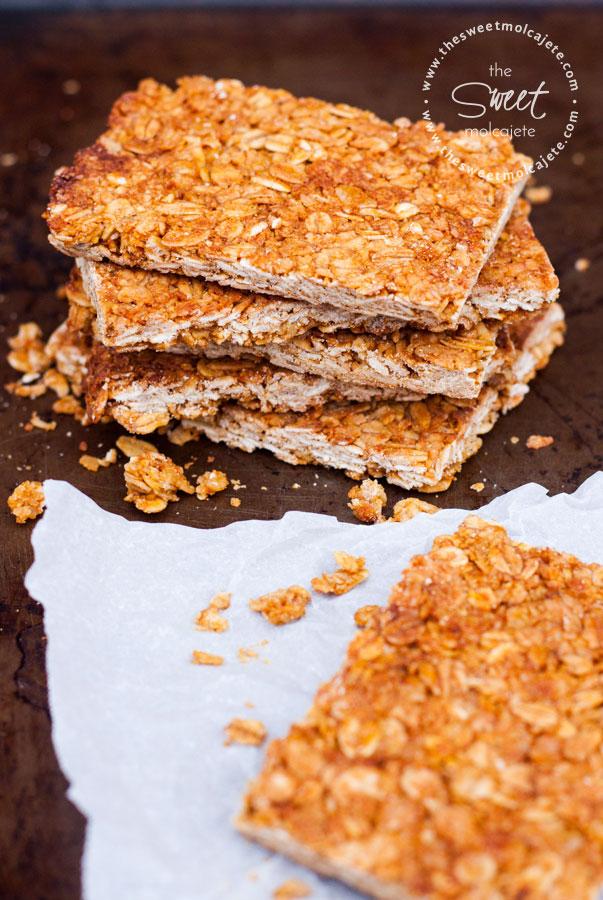 Imagen de varias barritas de granola de avena con miel apiladas una sobre otra - 15 ideas de snacks saludables