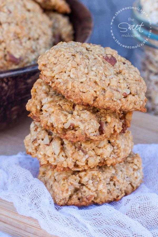 Imagen de unas Galletas de Avena con Nuez y Miel apiladas una sobre otra - 15 ideas de snacks saludables