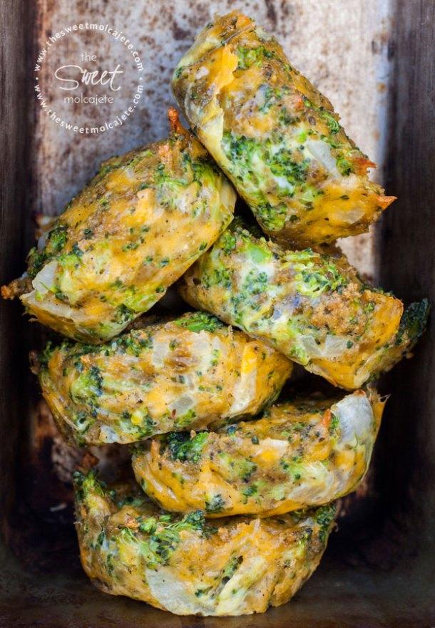 Imagen de varias Tortitas de Brócoli con Queso apiladas una sobre otra - 15 ideas de snacks saludables