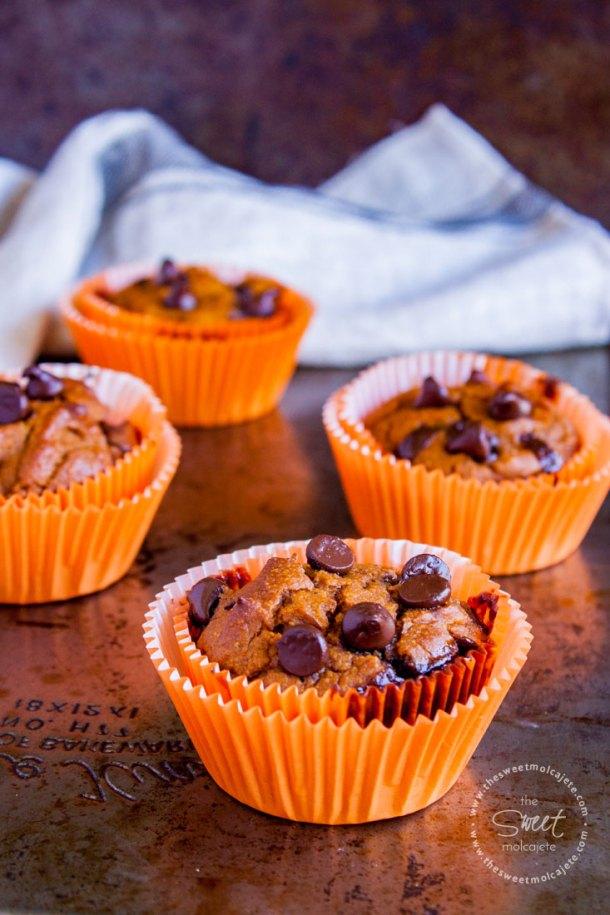 Muffins de calabaza con chispas de chocolate listos para convertirse en cupcakes de fantasma