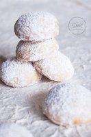 Bolitas o Besos de Nuez apilados unos sobre otros sobre una base blanca con textura