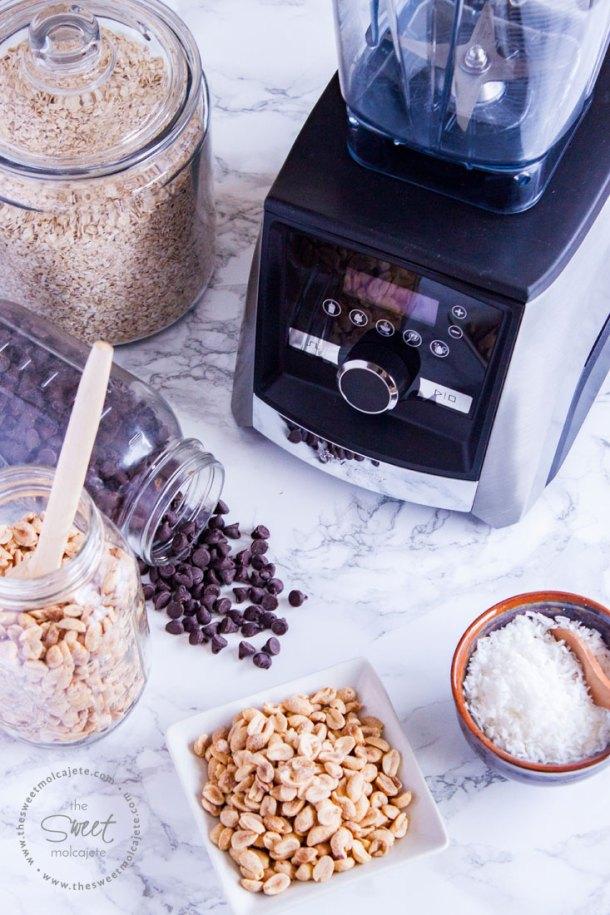 Licuadora Vitamix con ingredientes para hacer bolitas de cacahuate con chocolate