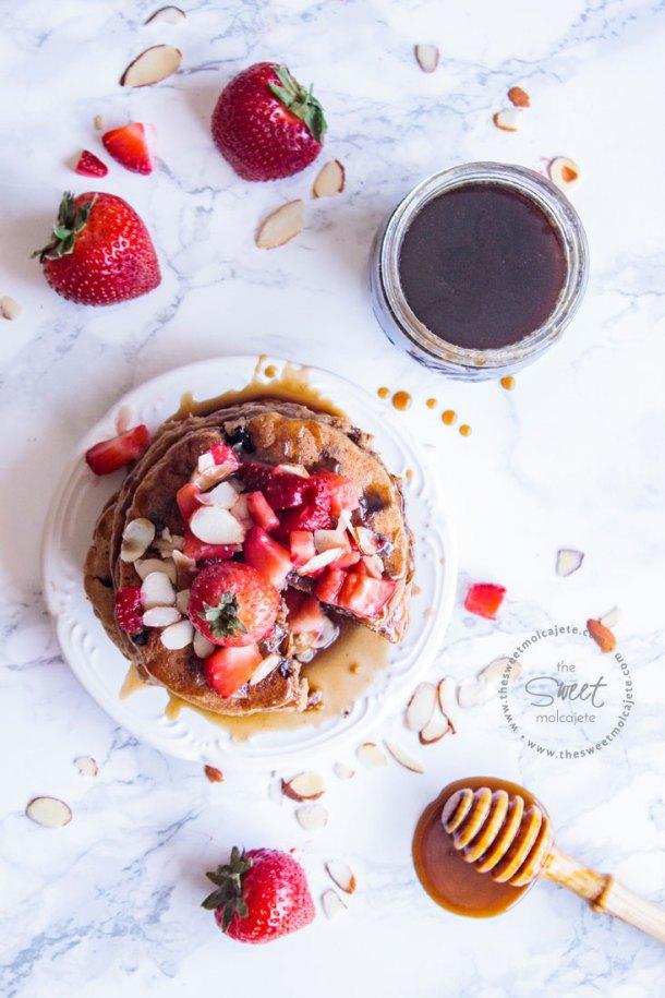 Vista de arriba de un altero de hotcakes bañados con jarabe casero sabor maple y mantequilla