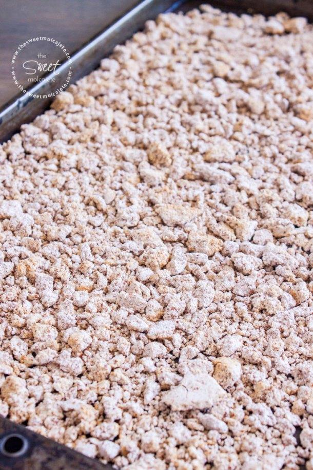 Bagazo de almendras deshidratado en una charola listo para convertirse en harina de almendras