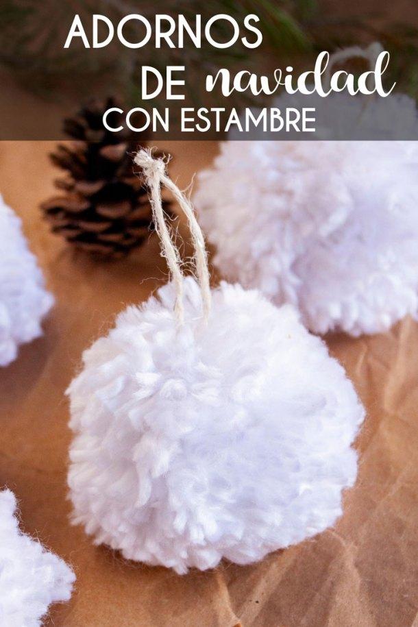 Acercamiento a un adorno de navidad con estambre como esfera de árbol con texto que dice Adornos de Navidad con Estambre