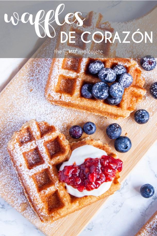 Acercamiento a una tablita con Waffles con leyenda que dice waffles de corazon