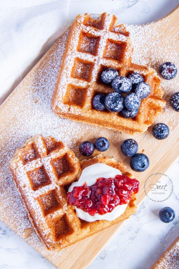 waffles de corazon con moras, crema batida y mermelada