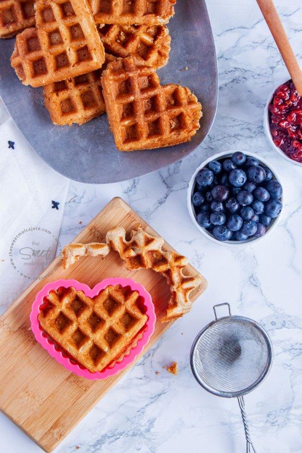 waffle con forma de corazon cortado con un cortador de galletas
