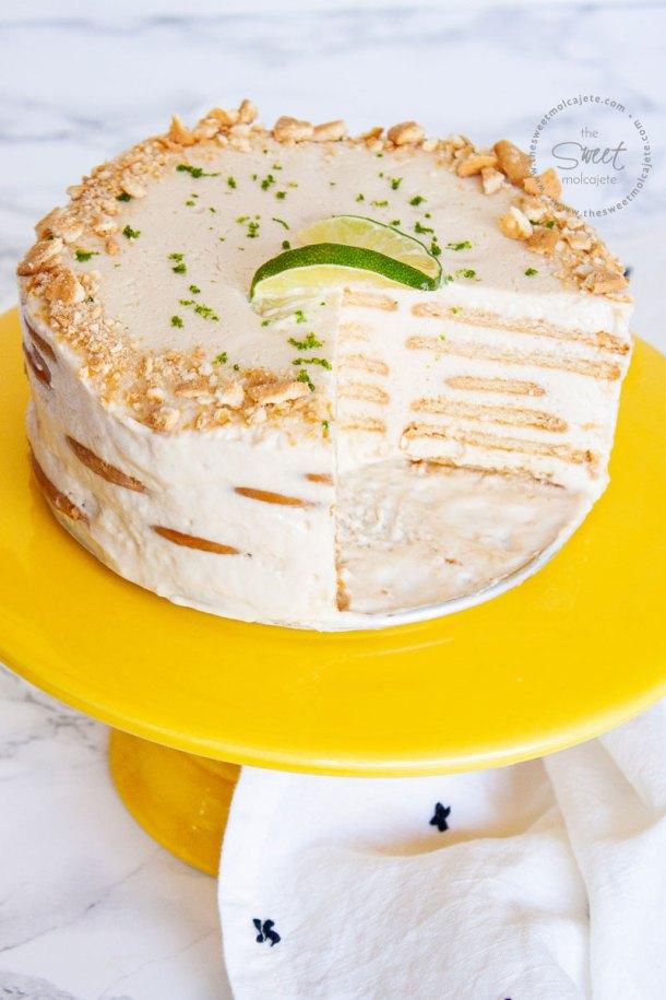 Pastel helado tipo Carlota de Limón ya partido, se ven las capas de healdo y galletas por dentro