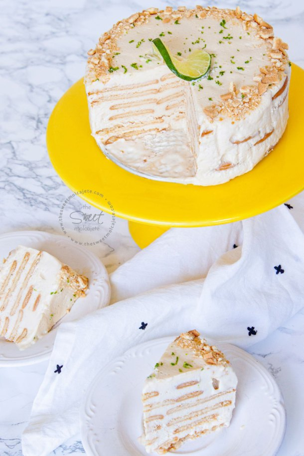 Carlota de Limón en forma de pastel con dos rebanadas servidas en platitos