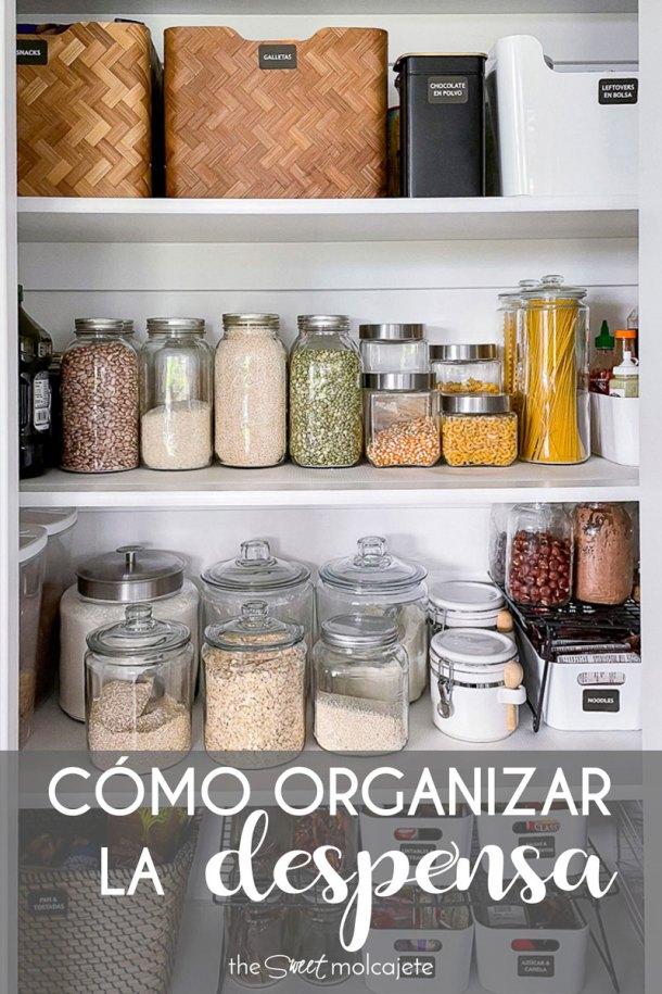 despensa de cocina bien organizada en frascos, cajas y bandejas con texto que dice como organizar la despensa