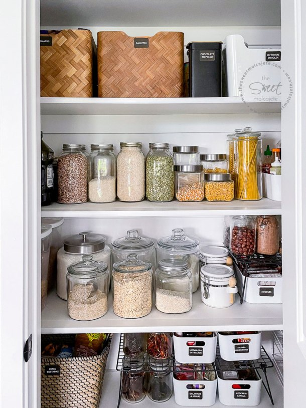 repisas de despensa bien organizadas con frascos de vidrio, cajas y organizadores de comida