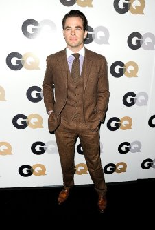 Chris Pine paired his light brown suit with a lilac oxford shirt featuring a white contrast collar. Photo: GQ