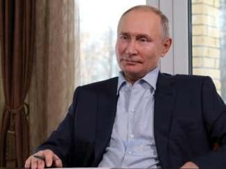 Russie: Vladimir Poutine signe la loi l'autorisant à faire deux mandats de plus.