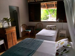 bedroom with a single bed and a doble bed at the Clave Verde Ecolodge