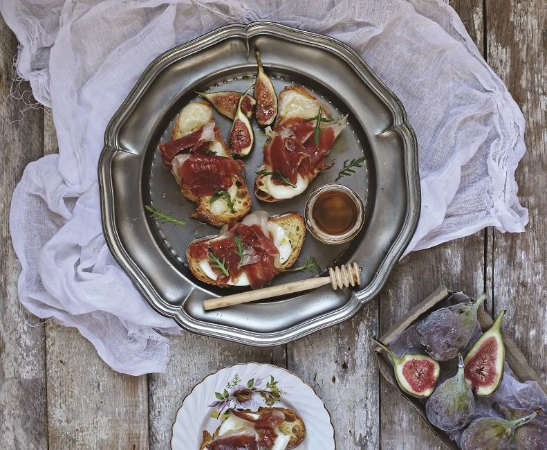 1-crostini-with-mozz-figs2