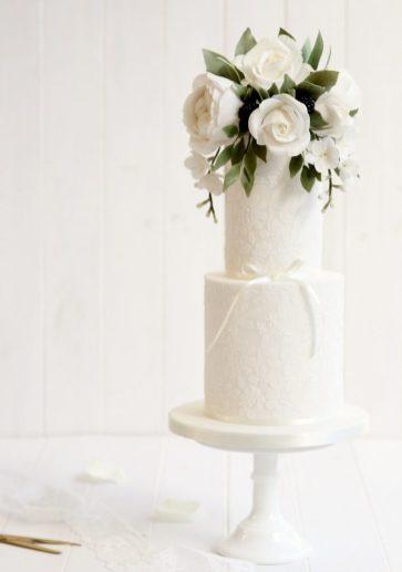Oversized blooms - Wedding Cake Trends 2017