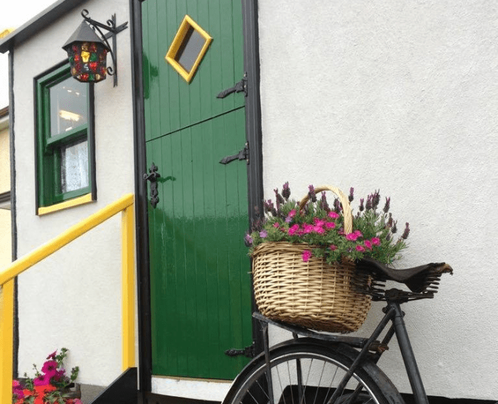 This Irish Pub on Wheels will Bring the cutest Country Cottage to you
