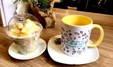 Chia Pudding with strawberry & pineapple and café con leche in Cafe del Mundo