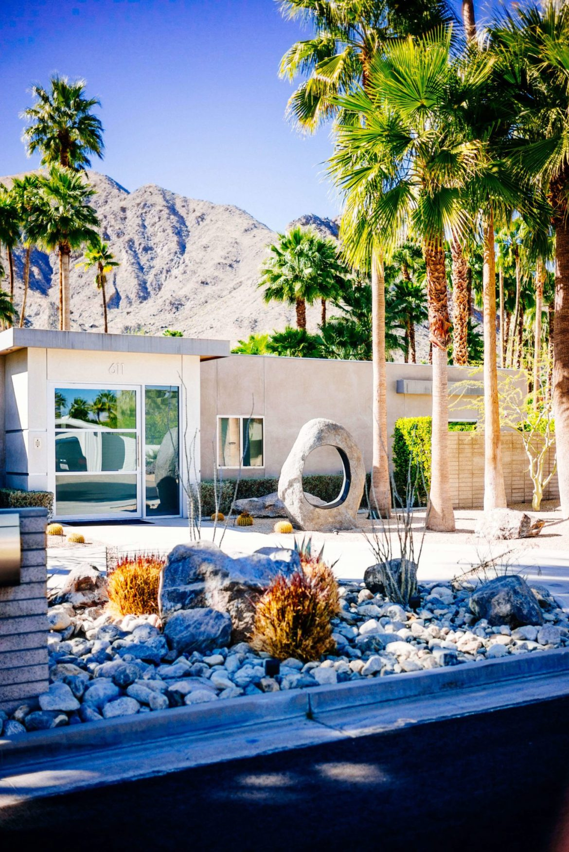 Catcus garden : Tour the beautiful Mid Century Homes in Palm Springs, The Taste Edit