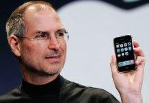steve-jobs-holding-iphone