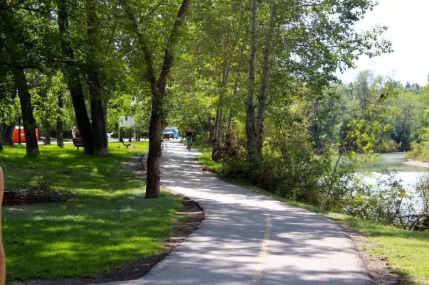 tennis-tourist-pathway-stanley-park-elbow-river-pathway-calgary-teri-church
