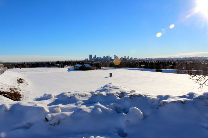 tennis-tourist-calgary-skyline-from-nose-hill-teri-church
