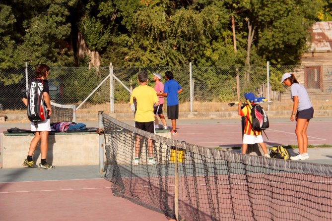 tennis-tourist-cancha-de-tenis-kids-playing-el-bolson-argentina-teri-church