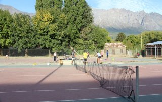 tennis-tourist-cancha-de-tenis-el-bolson-argentina-teri-church