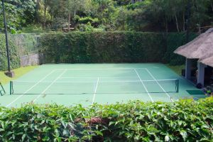 tennis-tourist-bali-maya-ubud-tennis-court-flowers-teri-church
