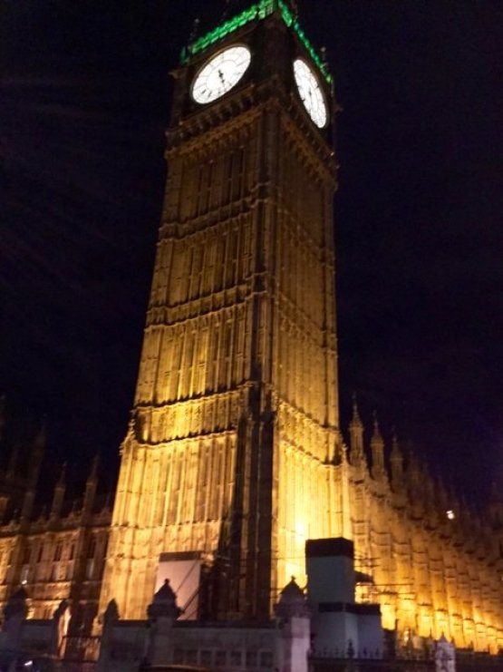 tennis-tourist-london-big-ben-night-teri-church
