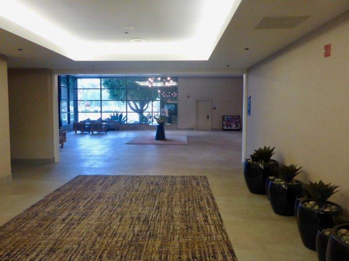 tennis-tourist-palm-springs-california-doubletree-hilton-lobby-teri-church