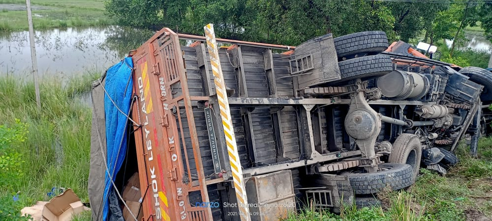 Muzaffarpur News: Truck hit a parked truck from behind, both the trucks overturned on the roadside