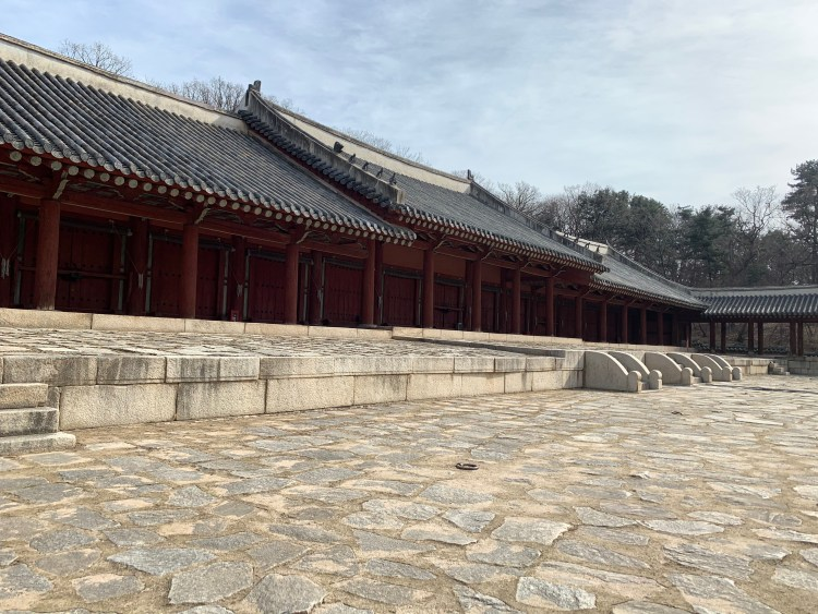 Jongmyo Shine Korean UNESCO site from the side