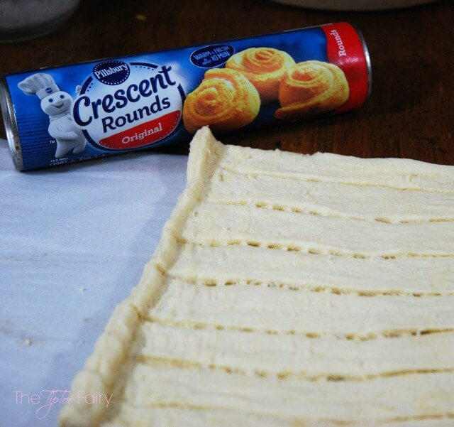 Learn the lazy way to make amazingly buttery and flaky cinnamon rolls with #Pillsbury Crescent Rounds! @Pillsbury AD | The TipToe Fairy